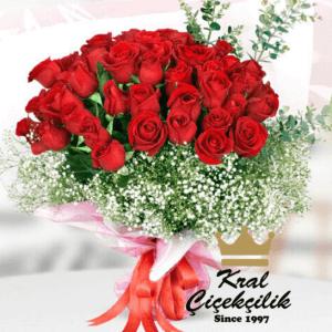 Vazoda kırmızı güller aşkın en iyi hali Aşkın En Güzel Anlatım Biçimi Kırmızı İthal Güller Dekoratif Vazoda Çiçek Kurdele Beyaz Kır Çiçekleri *Çiçekçi Süslemesi