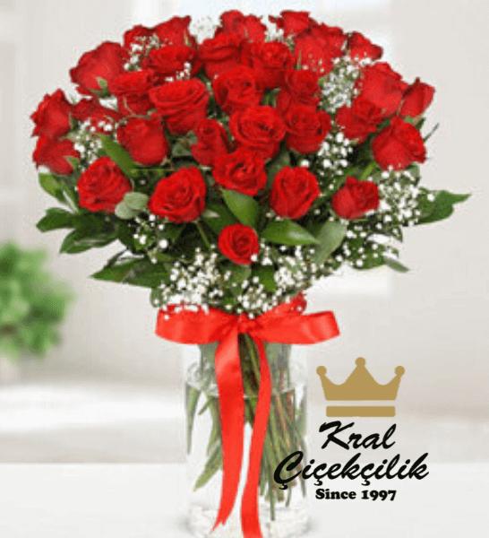 Vazo içerisinde 41 adet kırmızı gül Kırmızı Gül Çok Şey İfade Edebilir Sevdiklerinizi Özel Hissettirin Masa Çiçeği Vazoda 41 İthal Kırmızı Gül