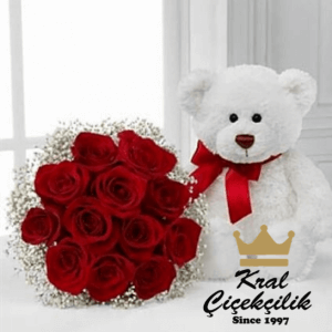 Ayıcıklı gül demeti 12 Adet Kırmızı Gül Goncaları Beyaz Sevimli Ayıcık Çiçek Çevresi Beyaz Kır Çiçekleri