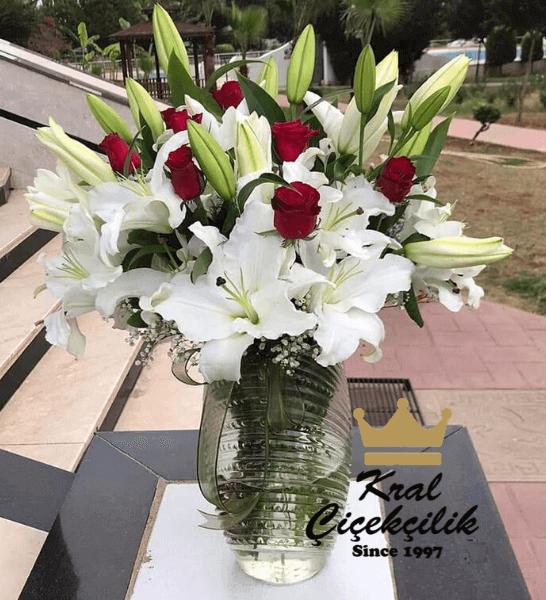 Cam vazoda beyaz lilyum ve kırmızı güller