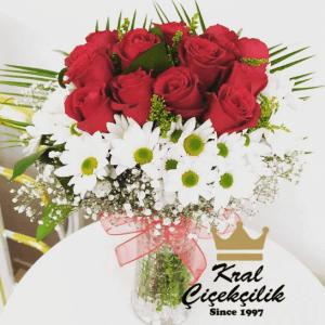 Papatyalar ile Süslenmiş 12 Adet Gül Aranjmanı Silindir Dekoratif vazo da papatya ve kırmızı güller Doğum Günü İçimden Geldi Sevgiliye Hediye gibi özel günlerde Bu Çiçek Duygularınıza Tercüman Olacaktır